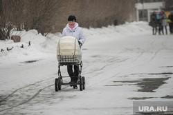На Урале неадекватный юноша напал на женщину, гулявшую с коляской. ВИДЕО