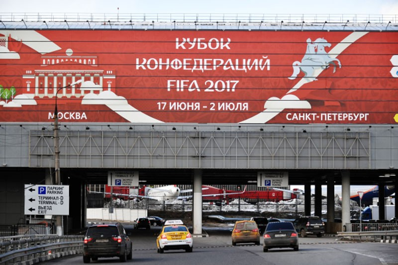 Самый большенный баннер с символикой FIFA 2017 взялся в Шереметьево