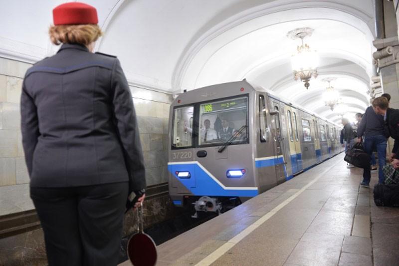 В столичном метро нарушено движение поездов из-за падения мужчины на рельсы