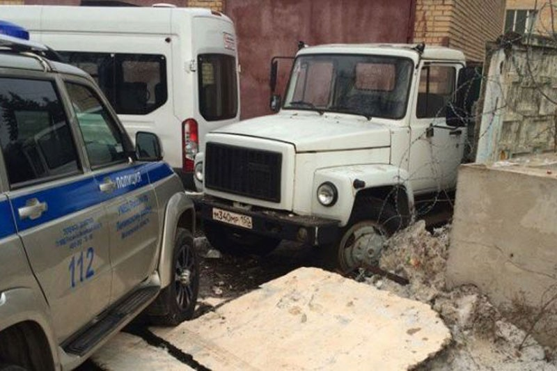 Водитель иномарки протаранил ворота УМВД в Видном