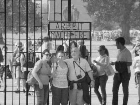 Фильм «Аустерлиц»: зачем люди делают селфи на фоне крематориев