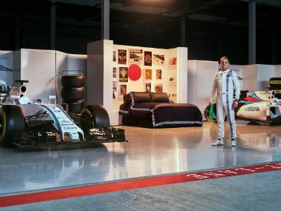 Фанатам команды Williams предложили переночевать среди болидов