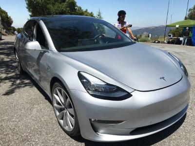 Фотошпионы раскрыли суперминималистичный салон Tesla Model 3