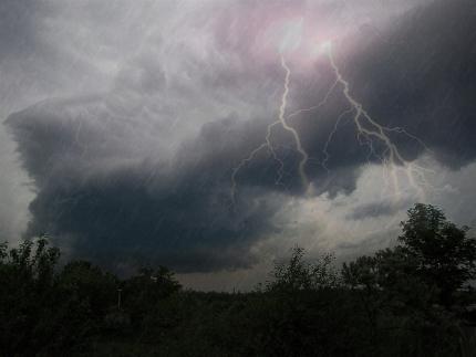 ГУ МЧС России по Московской области предупреждает: в регионе прогнозируется гроза и сильный ветер!