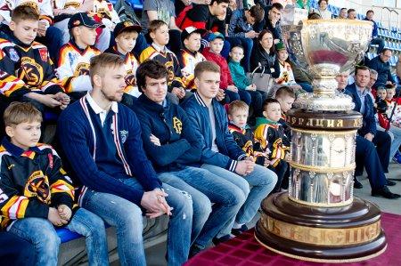 Обладатели Кубка Братины показали трофей в Электростали