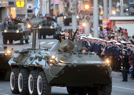 В Калининграде прошла первая ночная репетиция военного парада