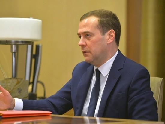 Премьер Медведев снова спекулирует на зарплате