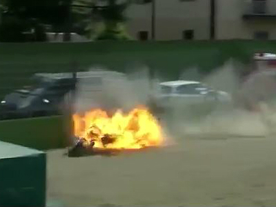 Видео: Гонщик чудом спасся от взрыва мотоцикла
