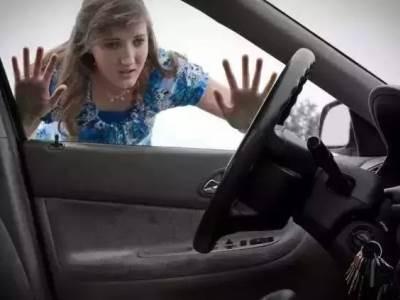 Что делать, если ключи от автомобиля захлопнулись внутри