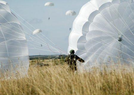 Военные парашютисты прошли сборы в Краснодарском спеццентре ВКС выполнив около тысячи прыжков
