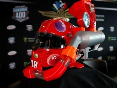 Пилот NASCAR представил шлем с автоподачей конфет