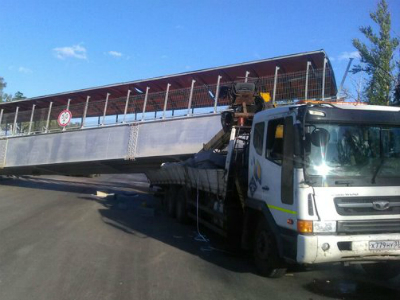 Автокран обрушил пешеходный мост во Владимирской области