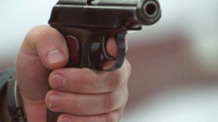 Мужчина стрелял из оружия по автомобилю на западе Москвы