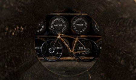 Компания Renovo из Портленда наладила выпуск виски-байков – велосипедов из бочек для виски