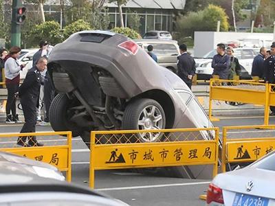 Видео: Роскошный Rolls-Royce поглотила китайская дорога