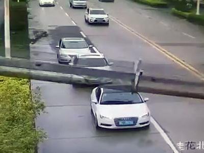 Видео: Водитель чудом выжил после падения башенного крана на машину