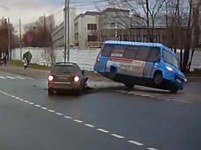 Видео: Пассажиры маршрутки вылетели из окон от удара внедорожника