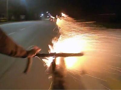 Видео: Велосипедист с ракетницей устроил охоту на мотохамов