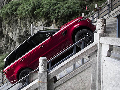 Видео: Range Rover Sport вскарабкался на лестницу из 999 ступеней