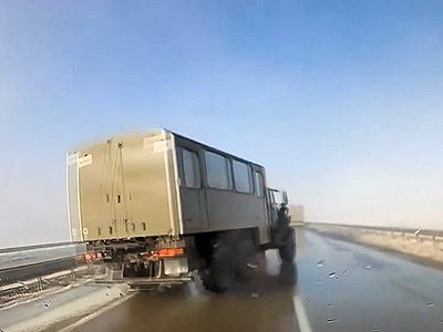 Видео: Военный «Урал» чудом проскочил, никого незадев