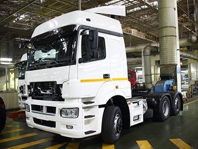 «КамАЗ» начал сборку нового трехосного седельного тягача