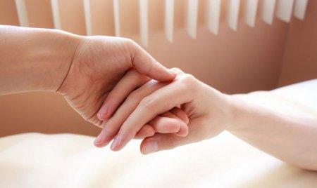 Прикосновение любимого человека обладает болеутоляющим эффектом