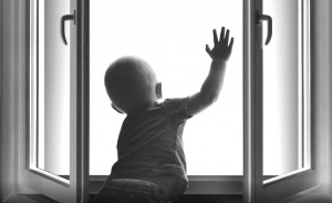 ПАДЕНИЕ ДЕТЕЙ ИЗ ОКОН. ПОЛИЦИЯ ПРИЗЫВАЕТ РОДИТЕЛЕЙ К БДИТЕЛЬНОСТИ