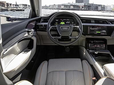 Audi показала интерьер будущего серийного электрического кроссовера