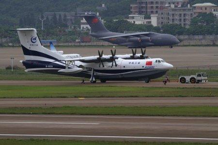 Самый большой в мире самолет-амфибия начинает испытания на воде