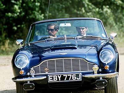 Aston Martin принца Чарльза заправляют вином, чтобы вкусно пахло