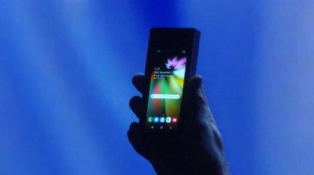 Samsung показала складывающийся смартфон