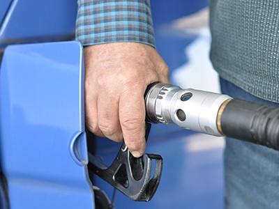 Цены на бензин пошли вниз впервые с сентября