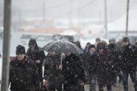 Коммунальщики активно чистят столичные дороги во время сильного снегопада