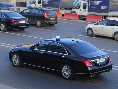 Водители чиновников жалуются на запредельно дорогую парковку