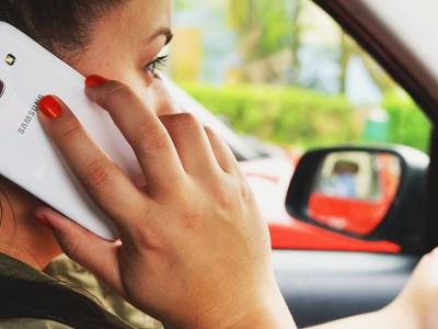 ГИБДД разъяснила, когда допускается говорить по телефону за рулем
