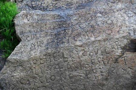 Франция заплатит 2000 евро за разгадку шифра на древнем камне